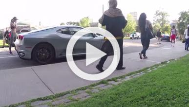 ¿Por qué este tipo escupe a un Ferrari?
