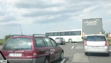 Vídeo: Un autobús da la vuelta en plena autopista