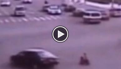 ¡Un niño de 3 años conduce una moto en sentido contrario!