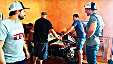 Los Espargaró llevan la moto de Dani Rivas a su familia
