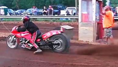 ¡Drag racing de motos sobre barro!