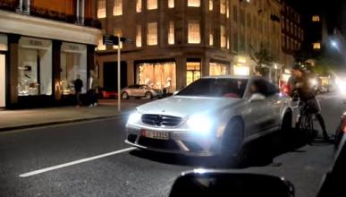 Vídeo: el loco del día conduce un Mercedes
