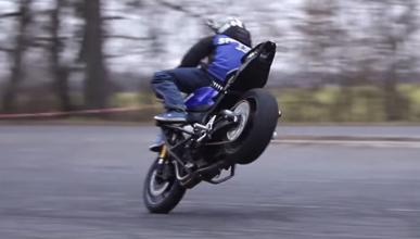 Vídeo: Se le escapa la moto y la recupera en marcha