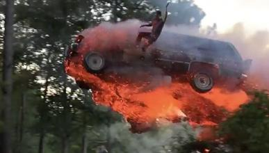 Salta de un coche en llamas para caer a un lago