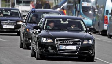 Dos políticos socialistas despilfarran el dinero en coches