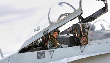 Maverick Viñales se sube a un F18 en la base de Zaragoza