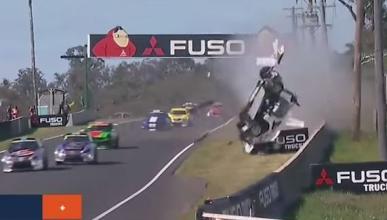 ¡Brutal accidente! Un coche acaba desintegrado y en llamas