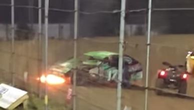 Se le incendia el coche... ¡y sigue corriendo!