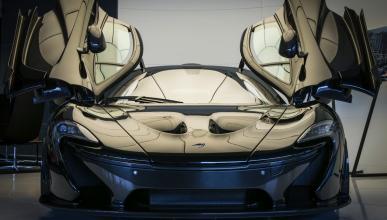 McLaren P1 negro brillante frontal