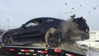 Esto es lo que pasa si explota un neumático a 250 km/h