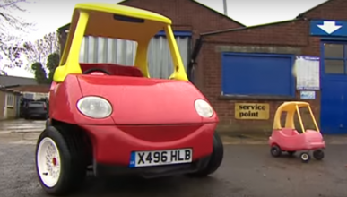 El típico coche de niños... ¡para mayores!