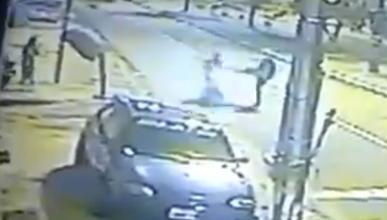 Brutal: un policía detiene a un motorista de una patada