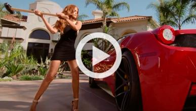 Vídeo: una modelo destroza a martillazos un Ferrari 458