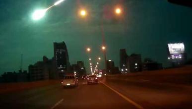 La caída de un meteorito, grabada desde un coche