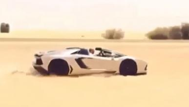 Un Aventador Roadster sobre la arena del desierto