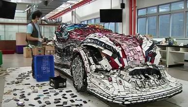 El coche construido con 25.000 teléfonos móviles