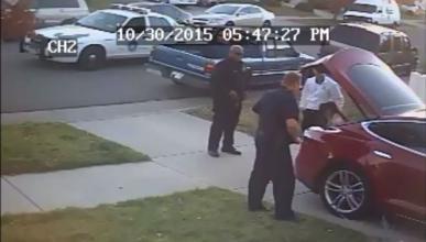 Policía, niños y un Tesla Model S