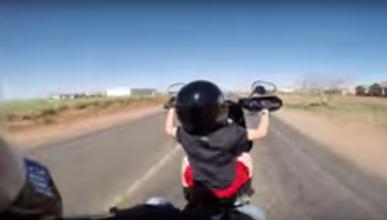 Papá loco le deja conducir la Harley a niño ¡de seis años!