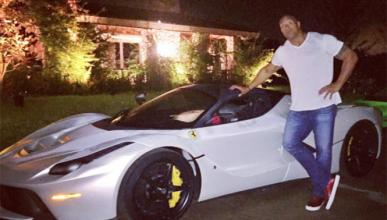 Dwayne Johnson no cabe dentro del Ferrari LaFerrari