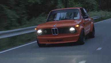 Este BMW 2002 de color naranja te enamorará