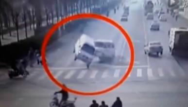 Vídeo: el misterioso accidente en el que los coches vuelan