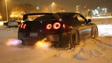 Este Nissan GT-R funde la nieve con sus llamaradas