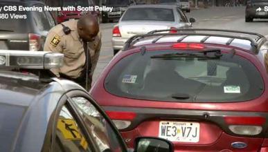Un policía que, en lugar de poner multas, regala dinero