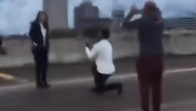 Vídeo: corta una autovía para pedir matrimonio