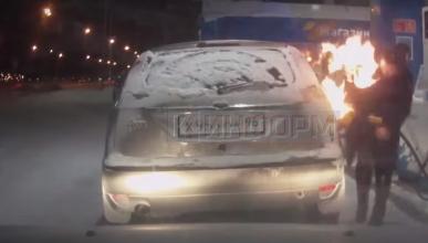 Ver para creer: prende fuego a su coche en una gasolinera