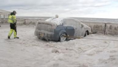 Liberan a un Mitsubishi Lancer de su prisión de hielo
