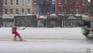 Vídeo: hace snow enganchado a un coche en NYC