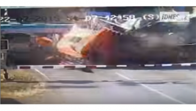 Tremendo accidente al atascarse camión en la vía de un tren