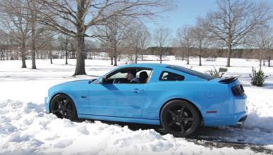 Esto es lo que pasa cuando metes un Mustang en la nieve