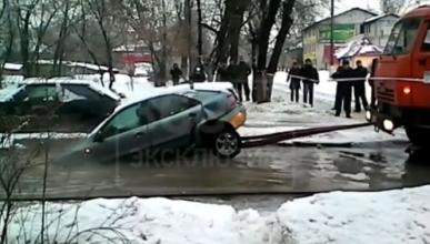 La peor forma de 'sacar' un coche atascado