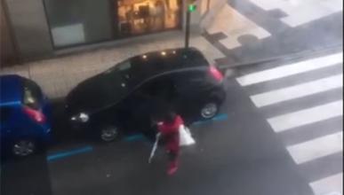 Vídeo: lo difícil que es montarse en el coche con temporal