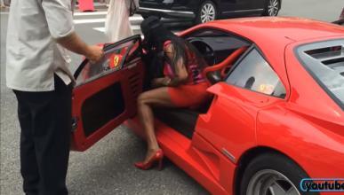 ¿Se puede conducir un Ferrari F40 con tacones?