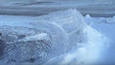 El frío extremo de Canadá crea un coche de hielo