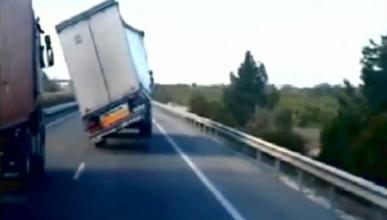Cuidado si vas a adelantar a un camión con viento fuerte