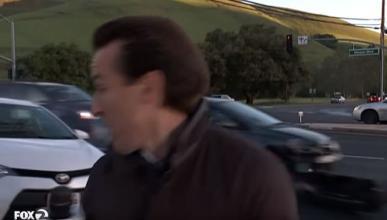 Un coche casi atropella a un periodista en directo