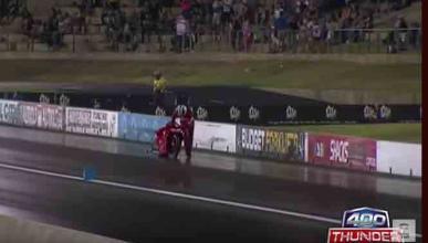 ¡Vídeo! Los pilotos de una 'drag race' cruzan la meta a pie