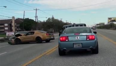 Un Ford Mustang GT se estrella contra un Honda Civic