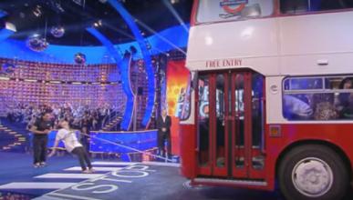 Vídeo: mujer tira de un autobús con el pelo