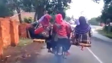 Vídeo: ¡Se lleva a toda la familia en su moto!