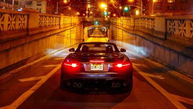 Un Jaguar F-Type SVR tira abajo un túnel en Nueva York