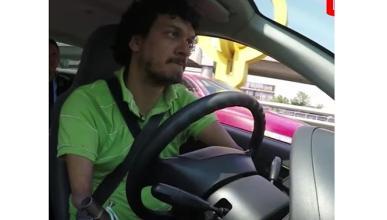 Un conductor de Uber sin manos, ni pies