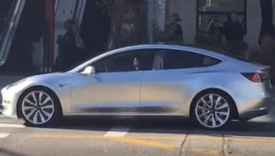 Un Tesla Model 3 pillado en plena calle