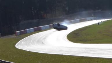 Espectacular accidente de un Mégane RS en Nürburgring