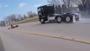 Vídeo: se salva de ser atropellado por un camión
