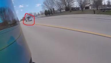 Un motero se libra de un camión: ¡Reflejos de Spiderman!