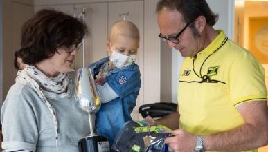 Valentino Rossi hace sonreír a un niño con cáncer